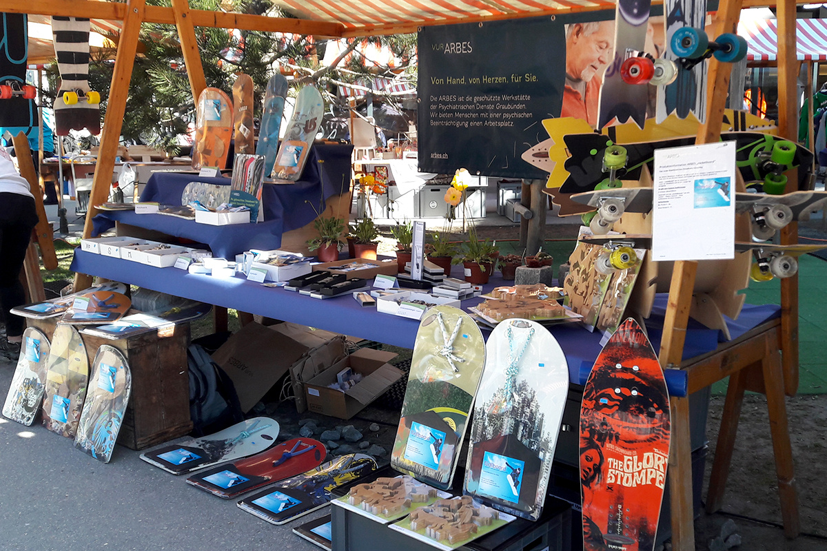 Snowboard-Upcycling-Produkte am Markt in Laax